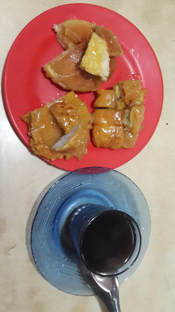 Kopi dan pisang goreng serta kue selai serikaya suka hati