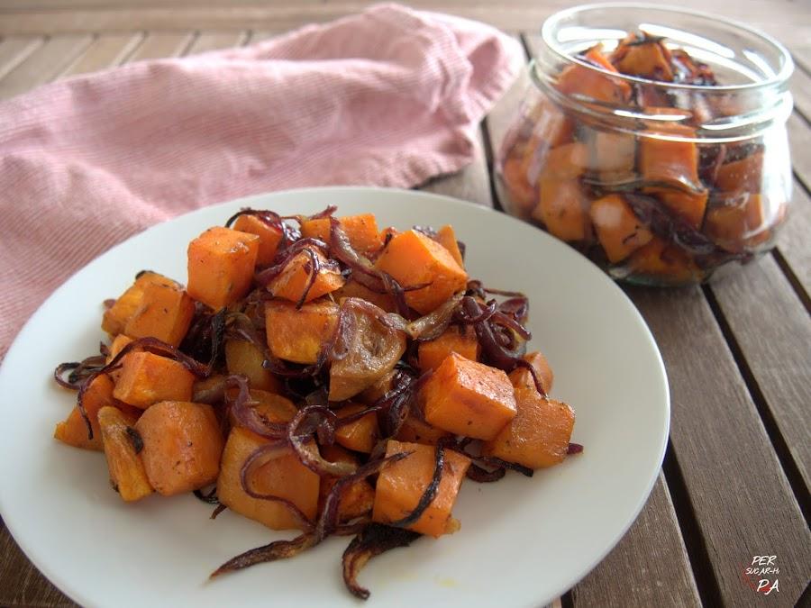 Guarnición de boniatos y cebolla roja condiemtados con especias y asados al horno