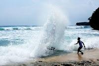 Anak Anggota DPRD Kabupaten Bima Diduga Terseret Arus Pantai Baku Nggelu