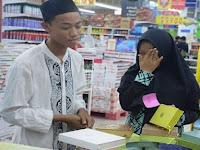 Belanja Untuk Lebaran, Anak Yatim Ini Malah Menangis Karena Ingin Beli Al Qur'an