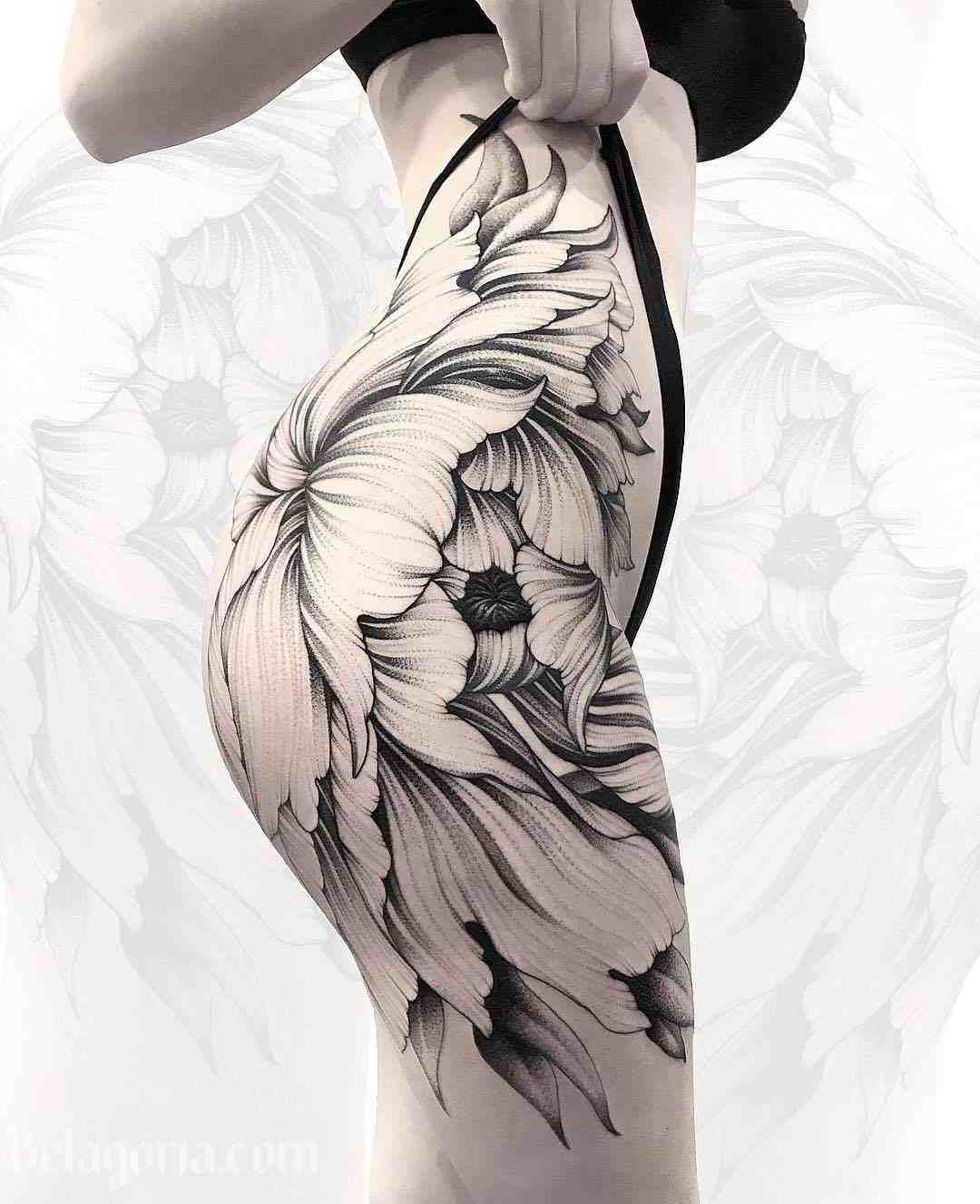 Espectacular tatuaje en la cadera de una chica