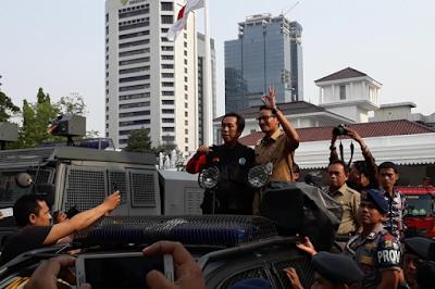 Apa alasan Sandiaga ingkar janji untuk menemui para massa buruh yang demo ?