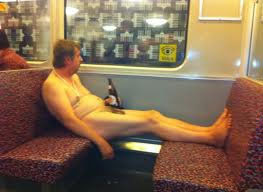 Man sitzt nackt mit Bier im Bus Zug