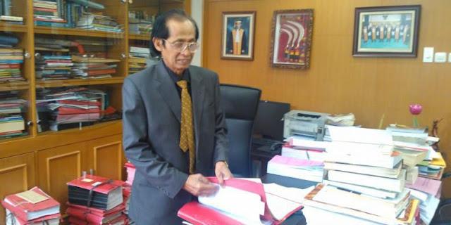 Ketua Kamar Pidana Mahkamah Agung, Artidjo Alkostar, di ruang kerjanya
