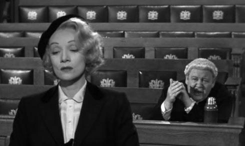 Marlene Dietrich et Charles Laughton dans Témoin à charge, réalisé par Billy Wilder (1957)