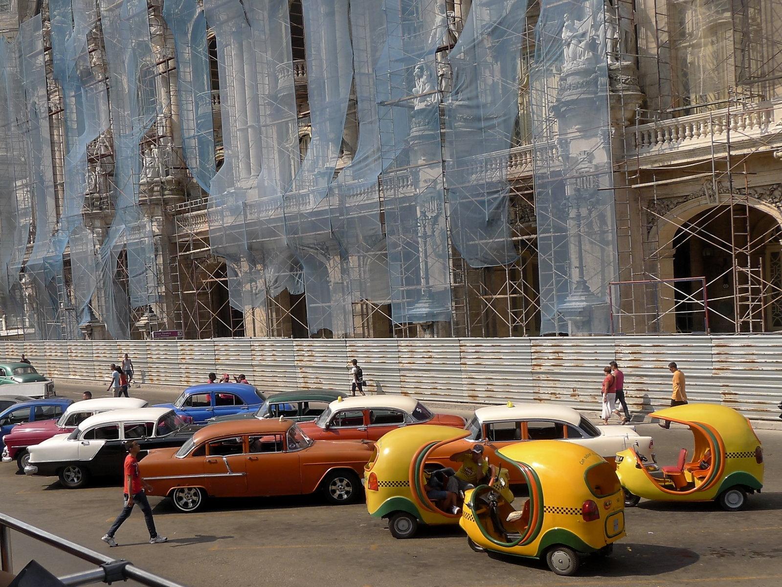 Gelbe Cocotaxis und gut erhaltene Straßenkreuzer vor Kapitol