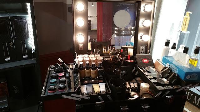 Poste de maquillage d'Eddy Martin, installé pour l'occasion au Studio 54, salon de coiffure à Montpellier.