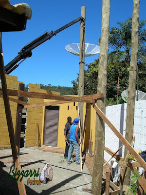 Já chumbado os 5 pilares de eucalipto tratado, onde vamos fazer a sala de estar com a suíte superior, sendo a construção com toras de eucalipto tratado com a alvenaria de tijolo baiano.