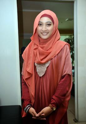 Hijab modern terbaru merek Zoya Meyda sefira cewek cantik model hijab cantik ini tidak pernah buka baju