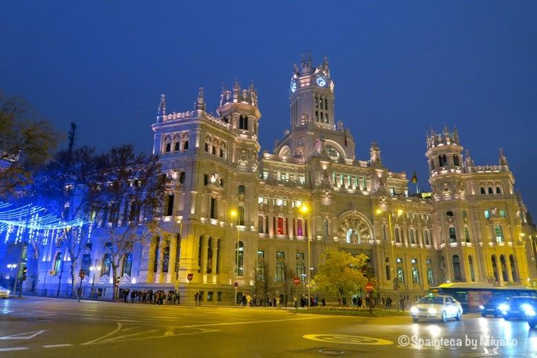 スペインのマドリード市庁舎がライトアップされている様子