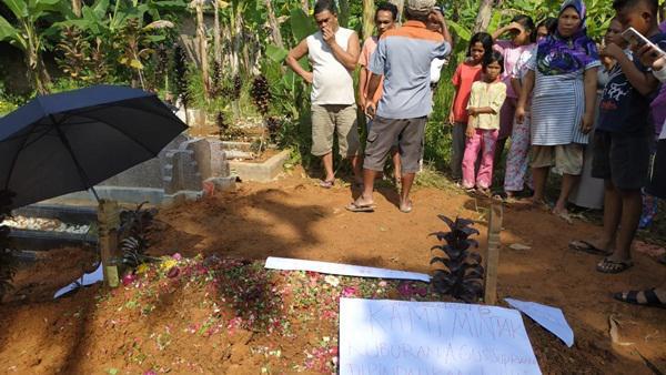 Makam Dalang Pembunuhan Sekeluarga di Deliserdang Diselimuti Poster Penolakan Warga