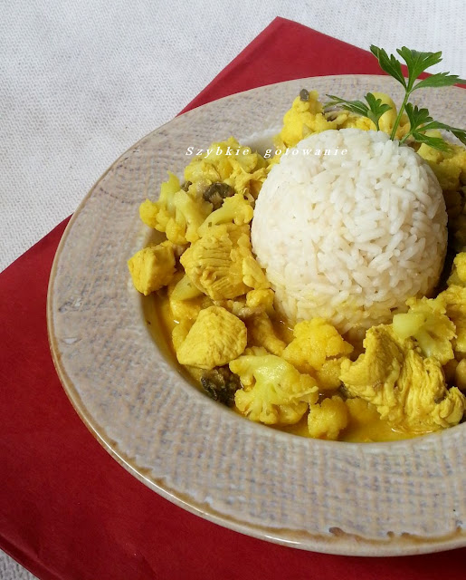 Pyszne curry z kurczakiem, kalafiorem i pieczarkami