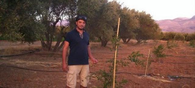 Θάνος Μεταξάκης: Ο μοριακός βιολόγος της Γερμανίας που γύρισε στην Κρήτη και φυτεύει θαυματουργά ρόδια [εικόνες]