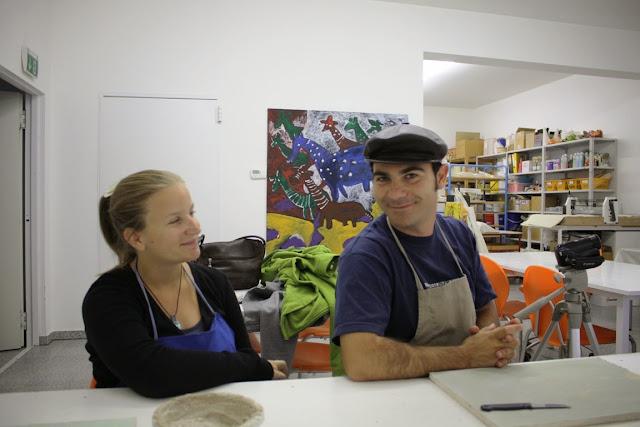 Elena von www.creativelena.com und Maximo Perez Jimenez in der Künstlerwerkstatt im Kunstmuseum Schrems © Copyright Monika Fuchs, TravelWorldOnline