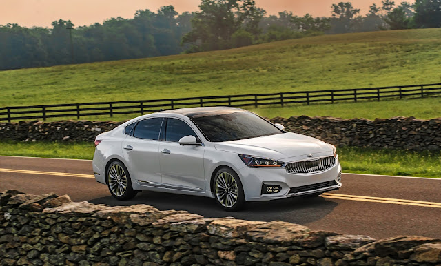 Front 3/4 view of the 2017 Kia Cadenza Limited
