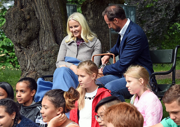 Haakon and visits the Summer Library at the Palace Park. Princess Mette Marit wore Valentino dress