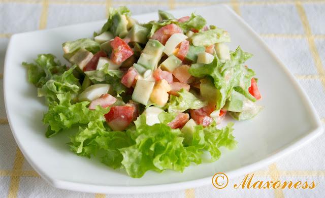 Салат из авокадо и помидоров с йогуртовой заправкой