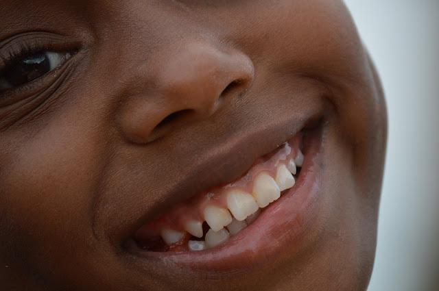 geste beauté - sourire - être heureux