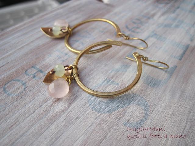 orecchini ottone similoro a cerchio pendenti con foglia, goccia di quarzo rosa e cristallo