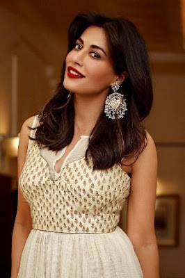 Check the eye-catching earrings with gorgeous Chitrangda