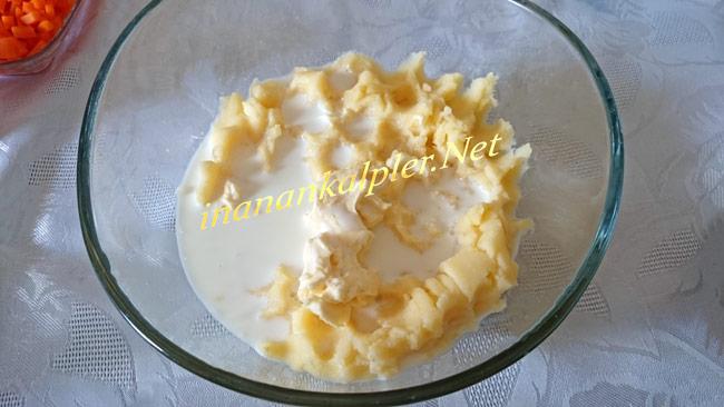 Ezilmiş patatese süt ve margarin eklenir