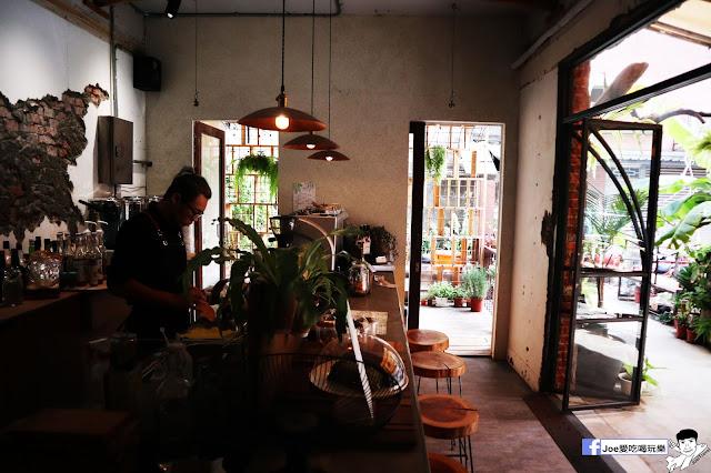 IMG 4763 - 【新竹美食】弄點咖啡COFFEE BAR -位於大遠百巷弄間的老屋咖啡廳,來這裡可以享受都市間的寧靜,甜點、飲品擺盤做工都非常的講究,價格也相當親民!