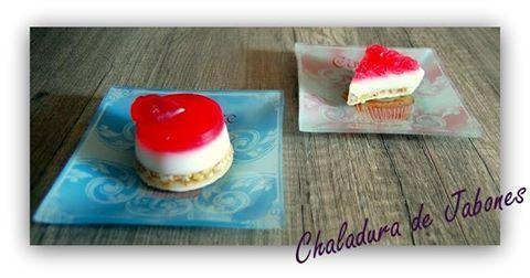 Jabón-natural-tarta-queso-y-frambuesa-Chaladura-de-jabones