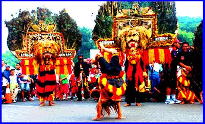 Reog Dari daerah Ponorogo, Jawa Timur. Permainannya memakai topeng kepala macan. Di hiasi bulu-bulu merak, sering disertai dengan kuda kepang.