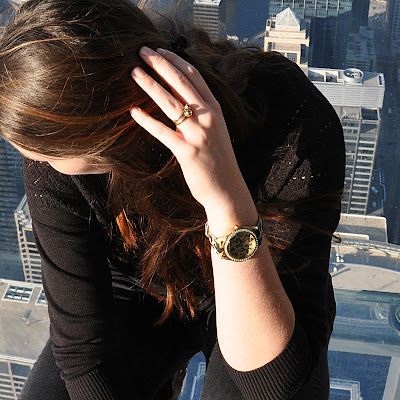 All black outfit in Chicago (Willis Tower); Pullover & Rings: Urban Outfitters; Watch: Guess; Trouser & Bracelet: H&M; Shoes: Dosenbach