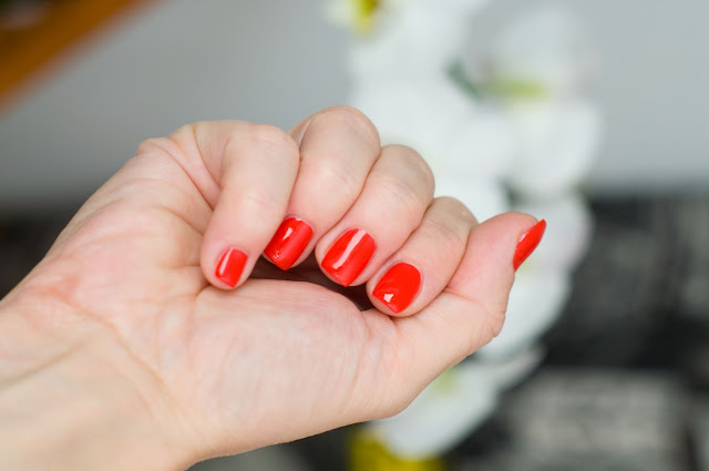 czerwień na paznokciach na lato