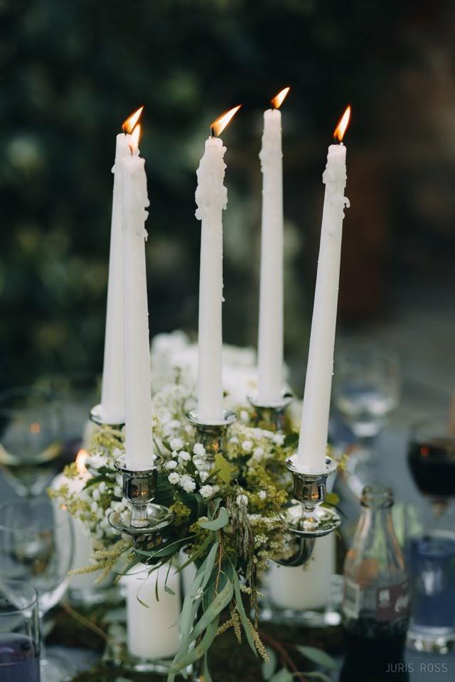 svečturi kāzu galdam