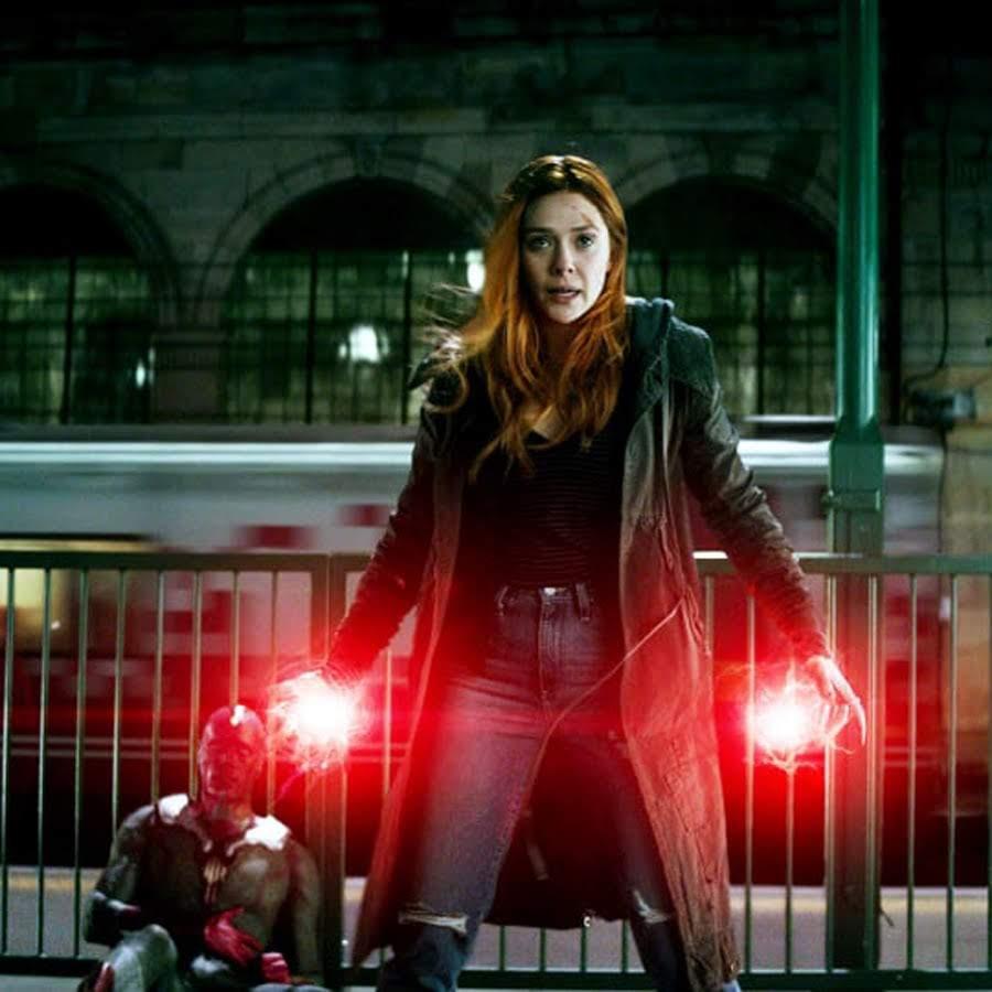 Avengers Infinity War BTS Photo : 愛する恋人のザ・ヴィジョンが、サノスの手で殺されそうだというのに、スカーレット・ウィッチのリジーが、とても楽しそうな笑顔でほころんでいる「アベンジャーズ : インフィニティ・ウォー」撮影時の妙に愉快なメイキング・フォト ! !