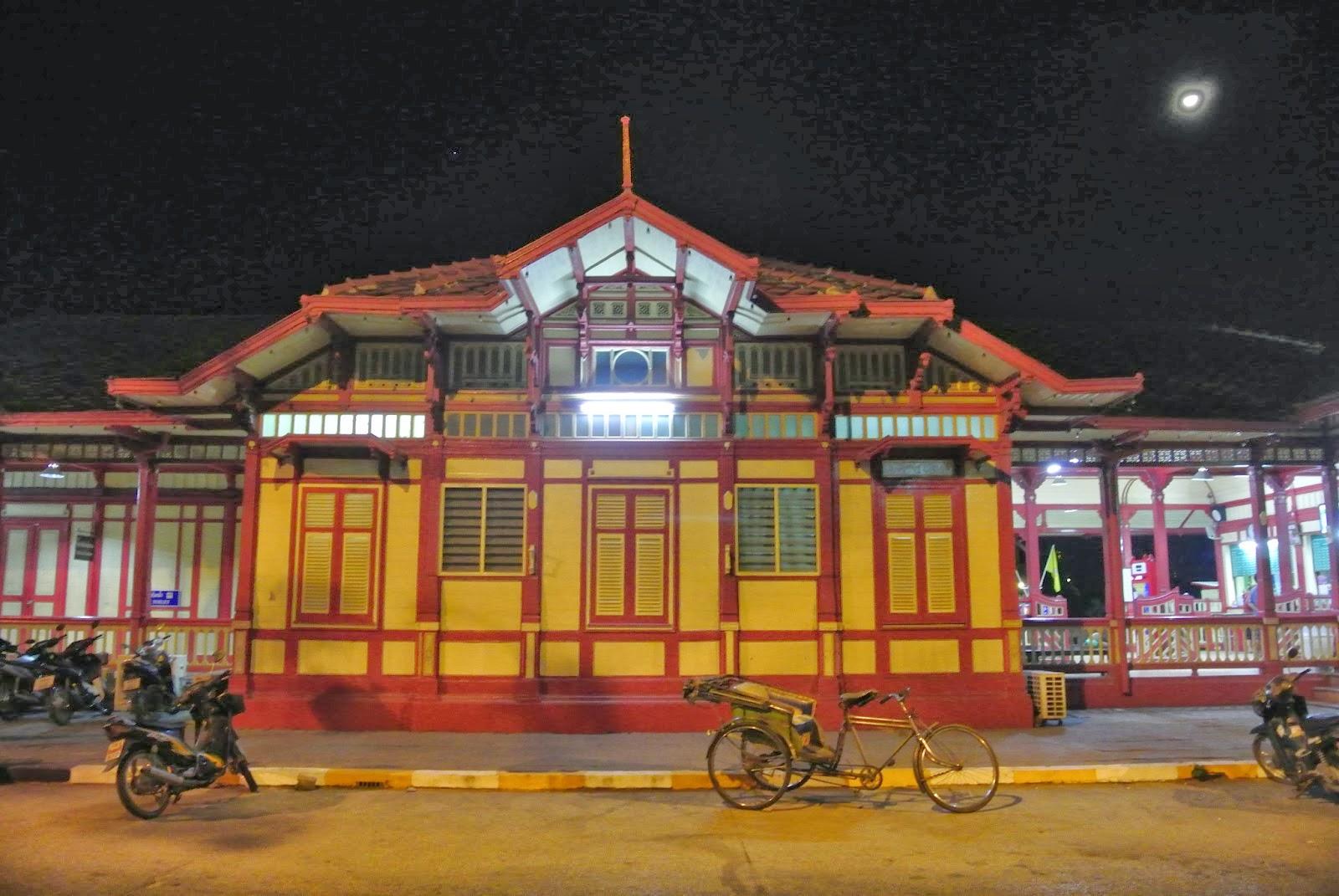 Bahnhof Hua Hin bei Nacht