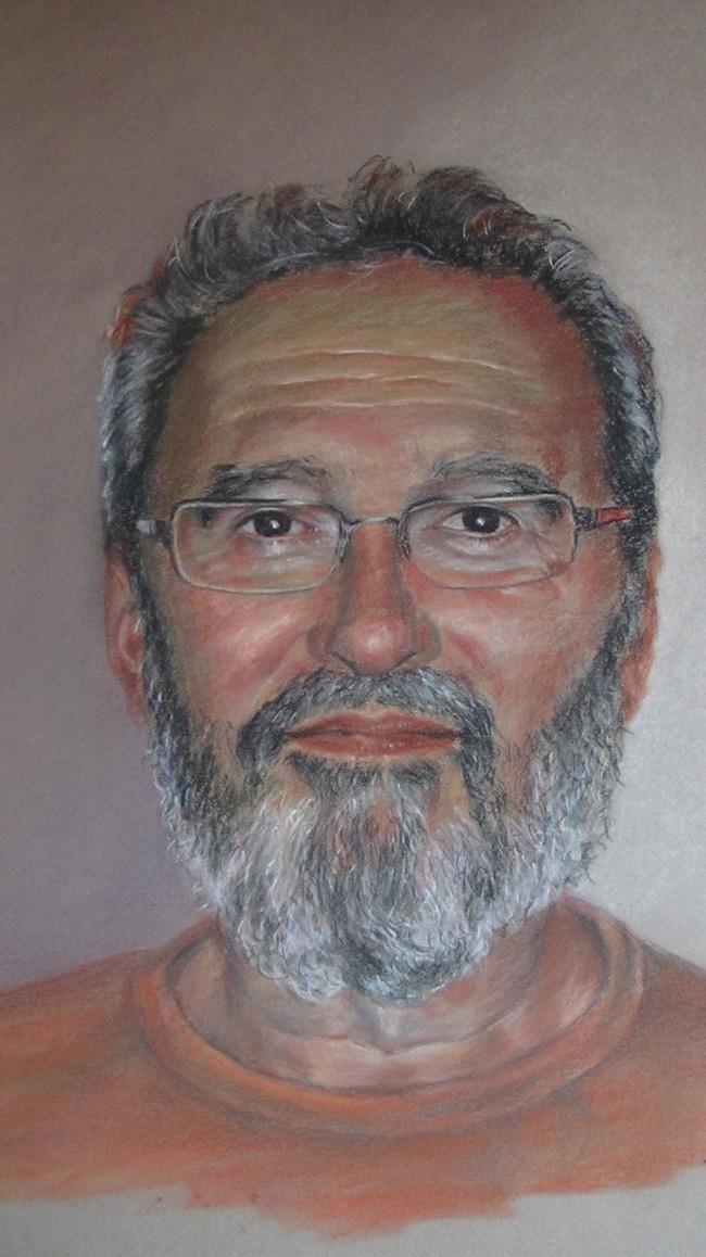 Retrato de hombre con barba sonriente