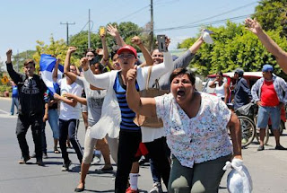 People cheers protesters, who were arrested for participating in protests against Nicaraguan president Daniel Ortega