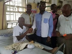 Veteran Actor Emeka Ike visits actor Tunde Alabi in the Clinic;donates cash