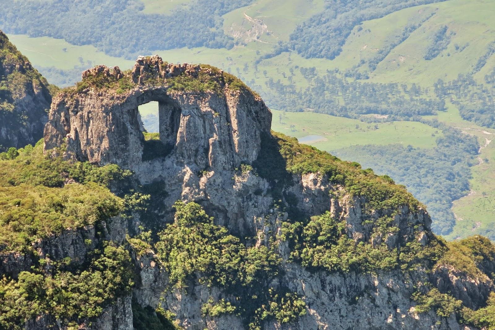 Pedra Furada vista do Morro da Igreja em dia aberto