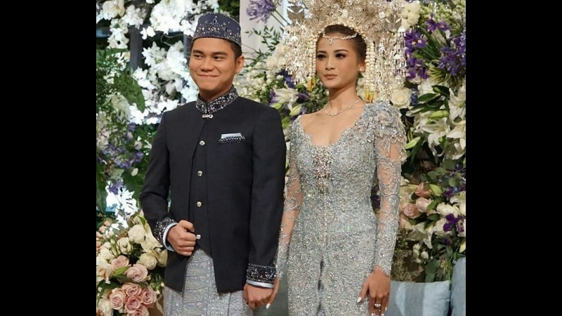 Acha Septriasa dan Vicky Kharisma saat resepsi pernikahan