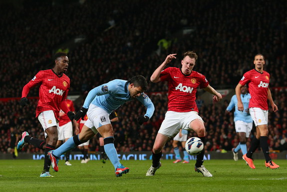 Manchester City forward Sergio Agüero scores the winning goal against Manchester United