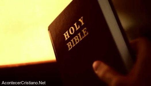 Repartiendo Biblias casa por casa