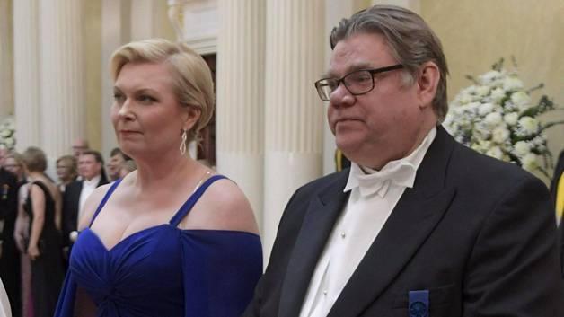 Kuvassa (Markku Ulandr Lehtikuva) Timo ja Tiina Soini saapuvat Linnaan.  Soini on ollut sairauslomalla 24.11. - 5.12.  9a9eb008a3