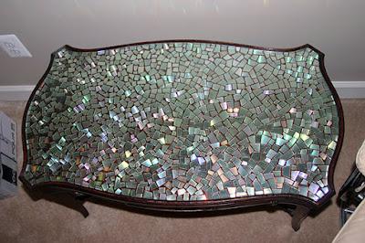 Mesa renovada con Cds reciclados