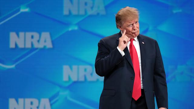 Reportan la detención del hombre que arrojó un móvil contra Trump durante una conferencia sobre armas