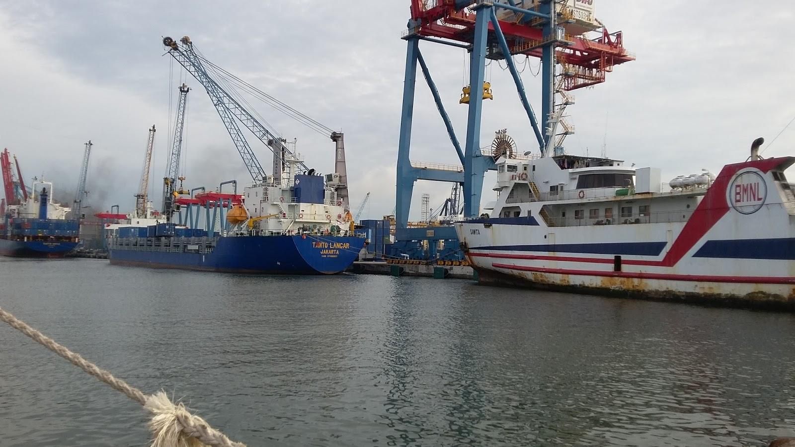 kesibukan kapal di pelabuhan tanjung priok jakarta utara dalam rh emaritim com sma tanjung priok jakarta utara kecamatan tanjung priok jakarta utara