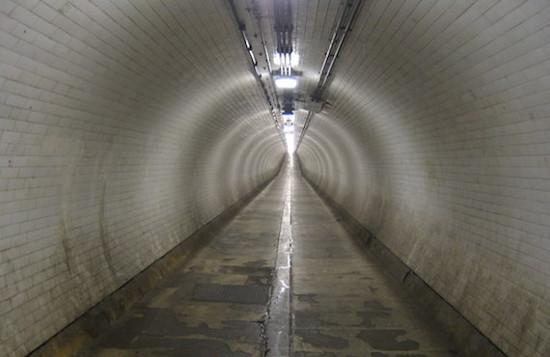 Di dalam terowongan Woolwich
