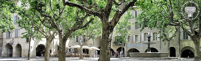 UZES (30) - Place aux Herbes