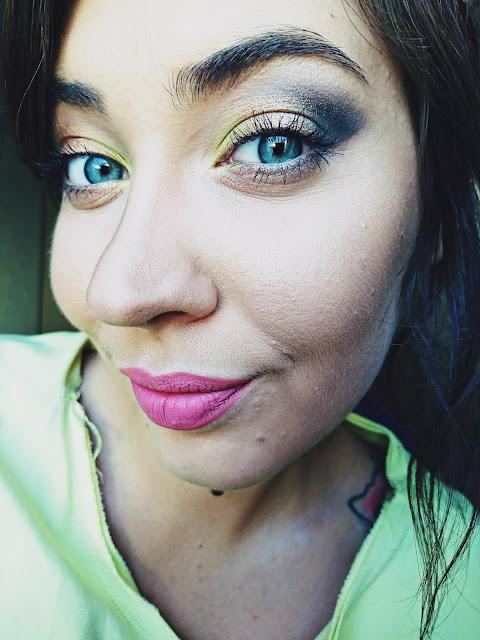 Makijaż klasyka + kolor