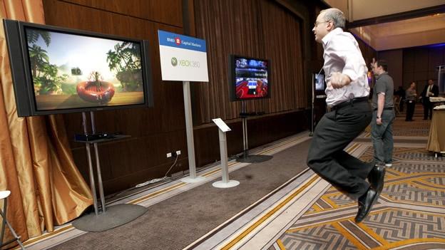 (CNN) — Cuando el Nintendo Wii Fit debutó en 2007, los expertos se mostraron escépticos acerca de los beneficios a la salud que proporcionaría. Sí, los videojuegos activos eran mejores que la alternativa: sentarse a jugar videojuegos regulares durante horas, pero ¿eran en realidad un sustituto del ejercicio físico? Desde entonces, se han realizado numerosos estudios acerca de los sistemas activos de videojuego, incluyendo el Wii, el Kinect de Microsoft y el PlayStation Move. El último de estos, un metaanálisis realizado por investigadores de la Universidad Estatal de Michigan, evalúa los resultados de 16 estudios relacionados para determinar si los