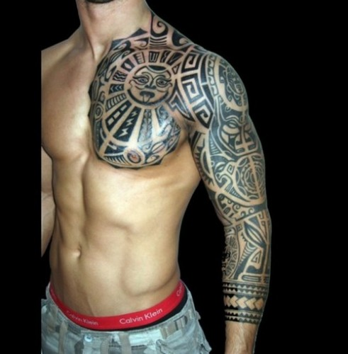 Tatuajes en pectorales de sol polinesio tribal