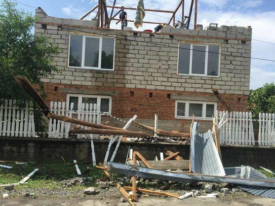 У Закарпатській області буревій зірвав дахи з будинків